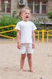 La muchacha de tres años que llora en el patio Imágenes de archivo libres de regalías