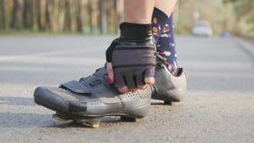 La muchacha de Triathlete aprieta los zapatos del camino ante raza Concepto del Triathlon almacen de video