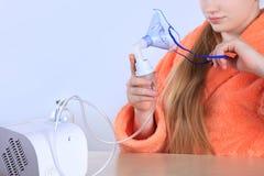 La muchacha del adolescente con los controles del inhalador en manos enmascara el vapor Imagen de archivo libre de regalías