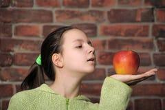 la muchacha del adolescente con una manzana roja Imagenes de archivo