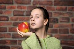 La muchacha del adolescente con una manzana roja Fotos de archivo