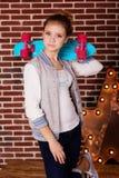 La muchacha del adolescente de la moda está sosteniendo el monopatín azul Imagenes de archivo