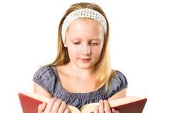 La muchacha del adolescente del estudiante que leía un libro aisló Imágenes de archivo libres de regalías