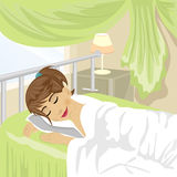 La muchacha del adolescente duerme en el dormitorio con la cortina y la lámpara verdes en una tabla de noche Imagen de archivo libre de regalías