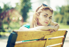 La muchacha del adolescente está esperando alguien Imágenes de archivo libres de regalías