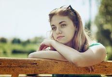 La muchacha del adolescente está esperando alguien Fotografía de archivo