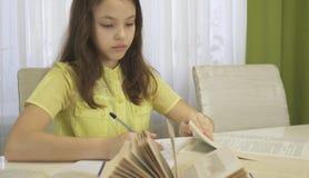 La muchacha del adolescente hace la preparación en la tabla Imagenes de archivo