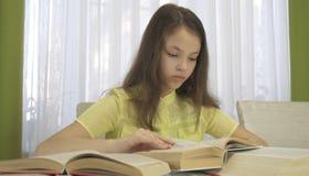 La muchacha del adolescente hace la preparación en la tabla Foto de archivo libre de regalías