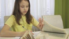 La muchacha del adolescente hace la preparación en la tabla Imagen de archivo libre de regalías