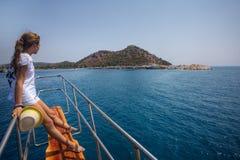 La muchacha del adolescente mira hacia el puerto, colocándose en la visita turística de excursión Fotografía de archivo libre de regalías