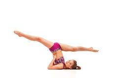 La muchacha del adolescente que hace los ejercicios de la gimnasia aislados en el fondo blanco Fotos de archivo