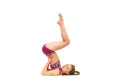 La muchacha del adolescente que hace los ejercicios de la gimnasia aislados en el fondo blanco Foto de archivo libre de regalías