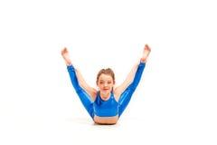 La muchacha del adolescente que hace los ejercicios de la gimnasia aislados en el fondo blanco Fotos de archivo libres de regalías