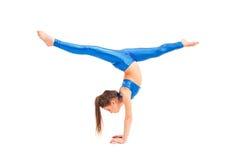 La muchacha del adolescente que hace los ejercicios de la gimnasia aislados en el fondo blanco Imágenes de archivo libres de regalías