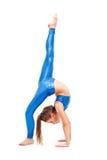 La muchacha del adolescente que hace los ejercicios de la gimnasia aislados en el fondo blanco Fotografía de archivo