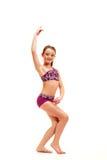 La muchacha del adolescente que hace los ejercicios de la gimnasia aislados en el fondo blanco Imagen de archivo libre de regalías
