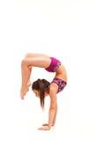 La muchacha del adolescente que hace los ejercicios de la gimnasia aislados en el fondo blanco Fotografía de archivo libre de regalías