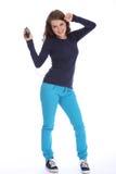 La muchacha del adolescente se divierte el bailar al jugador de MP3 de la música Imagen de archivo libre de regalías