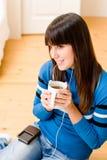 La muchacha del adolescente se relaja a casa - escuche la música imagenes de archivo