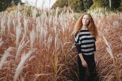 La muchacha del adolescente siente natural en el campo del otoño Fotografía de archivo libre de regalías