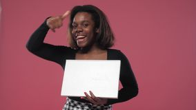 La muchacha del Afro muestra que es fresco almacen de video