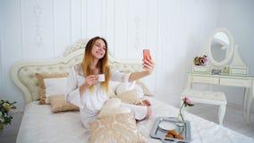 La muchacha del aspecto atractivo hace Selfie en el frente de la cámara de Smartphone, Foto de archivo libre de regalías