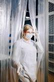 La muchacha del ayudante de laboratorio sale del laboratorio Laboratorio cerrado imagen de archivo