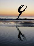 La muchacha del ballet salta en la puesta del sol Imagen de archivo