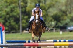La muchacha del caballo salta vuelo Fotos de archivo libres de regalías