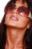 La muchacha del este en gafas de sol mira en el cielo imágenes de archivo libres de regalías