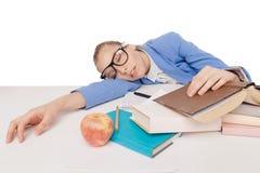 La muchacha del estudiante en vidrios grandes se sienta y duerme Foto de archivo