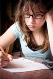 La muchacha del estudiante tensionó Foto de archivo