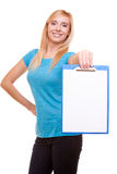 La muchacha del estudiante universitario de la mujer sostiene el tablero con el espacio en blanco Imágenes de archivo libres de regalías