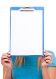 La muchacha del estudiante universitario de la mujer sostiene el tablero con el espacio en blanco Foto de archivo
