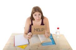 La muchacha del estudiante universitario que estudiaba para el examen de la universidad se preocupó en la tensión que pedía ayuda Foto de archivo