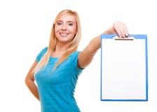 La muchacha del estudiante universitario sostiene el tablero con el espacio en blanco Foto de archivo libre de regalías