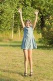 La muchacha del happyl está bailando en un jardín Imágenes de archivo libres de regalías