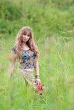 La muchacha del hippie cuesta en una hierba Fotografía de archivo libre de regalías