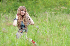 La muchacha del hippie cuesta en una hierba Imagen de archivo libre de regalías