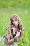 La muchacha del hippie cuesta en una hierba Imágenes de archivo libres de regalías