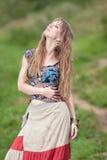 La muchacha del hippie en la lluvia Imágenes de archivo libres de regalías