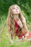 La muchacha del hippie en una hierba Imagenes de archivo