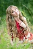 La muchacha del hippie en una hierba Fotos de archivo