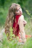 La muchacha del hippie en una hierba Imagen de archivo