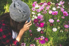 La muchacha del inconformista con el tiroteo del foco de la cámara del vintage florece en Garde Foto de archivo