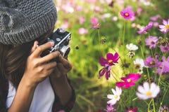 La muchacha del inconformista con el tiroteo del foco de la cámara del vintage florece en Garde Fotos de archivo