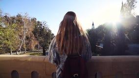 La muchacha del inconformista disfruta de la opinión de la puesta del sol y de la naturaleza el día de verano metrajes