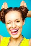 La muchacha del inconformista en verano colorido casual viste en estudio Fotos de archivo libres de regalías
