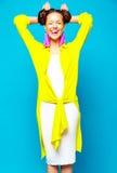 La muchacha del inconformista en verano colorido casual viste en estudio Imagen de archivo