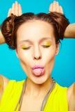 La muchacha del inconformista en verano colorido casual viste en estudio Foto de archivo libre de regalías